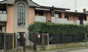 3 locali, doppi servizi, due balconi , cantina e box